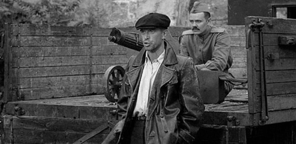 Кадр из сериала «Ликвидация» солдат с пулеметом Максим из кузова автомобиля